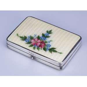 Caixa toucador de prata e esmalte bege, no tampo buque de flores. 8 x 5,5 cm. <br />Marca da prata Sterling. U.S.A. séc. XX.