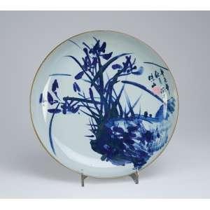 Grande medalhão de porcelana azul e branca, caldeira decorada com montanha, <br />figuras e bambus. 40 cm de diâmetro. Japão, séc. XX.