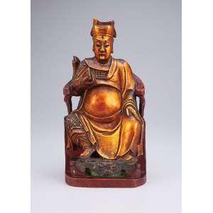 Figura de Imperador em seu trono, esculpido em madeira com douração e pátina vermelha. <br />31 cm de altura. China, séc. XIX.