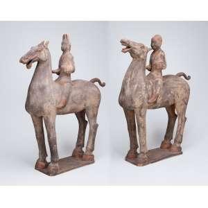 Par de grandes cavalos com suas montarias em terracota com resquícios de pátina, <br />a maneira das peças do período Tang. 67 cm de altura. China, período indeterminado.