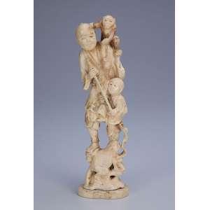 Grupo escultórico de marfim, homem com macaco e criança, tendo rã a seus pés. <br />23,5 cm de altura. Japão, séc. XIX.