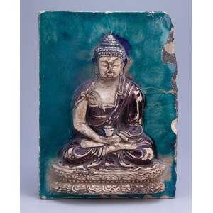 Antiga placa de cerâmica esmaltada, com figura de deusa em relevo. <br />19 cm x 16,5 cm. (no estado). China, Dinastia Ming, séc. XVII.