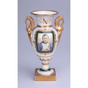 Pequena ânfora de porcelana Vieux Paris, decoração napoleônica. <br />23 cm de altura. França, séc. XIX. (pequeno lascado).
