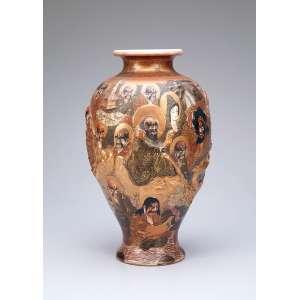 Vaso de porcelana Satsuma tipo mil caras em baixo relevo policromado e dourado; boca evasé <br />com 10 cm de diâmetro x 31 cm de altura, sob a base ideogramas japoneses. Japão, séc. XIX.
