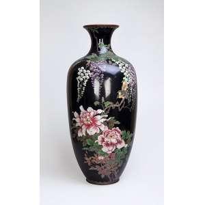 Grande vaso de cloisonné, fundo preto, bojo decorado com flores e pássaros. <br />87 cm de altura. China, séc. XIX. (apresenta restauros).