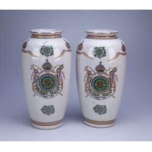 Par de vasos de louça decorados com brasão português utilizado inicialmente nas porcelana <br />chinesas do Serviço da Independência. 36,5 cm de altura. Brasil, séc. XX.