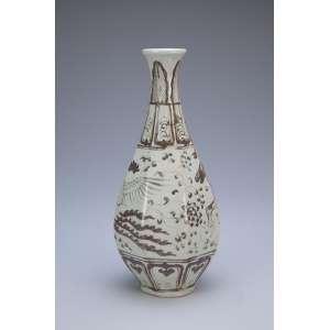 Vaso de porcelana com bojo em facetados e decoração em tons de marrom e bege. <br />26,5 cm de altura. China, período indefinido.