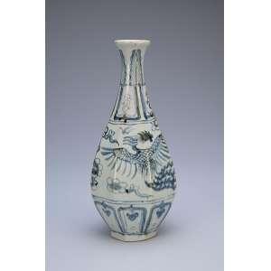 Vaso de porcelana, azul e branca, bojo em facetados. <br />26 cm de altura. China, período indefinido.