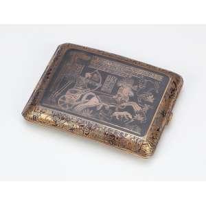 Cigarreira de metal, decoração com motivos greco-romanos em relevo com douração. <br />10,5 x 8 cm. Séc. XX.