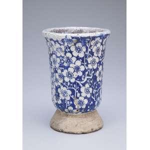 Vaso de cerâmica com esmaltagem azul e branca. 19,5 cm de altura. <br />Provavelmente China, período indefinido.