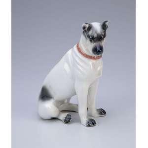Cão sentado. Escultura moldada em porcelana branca e cinza. 13 x 16 cm. Europa, séc. XX.