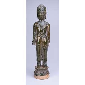 Figura feminina moldada em cerâmica monocrômica verde. <br />40 cm de altura. China, séc. XX.
