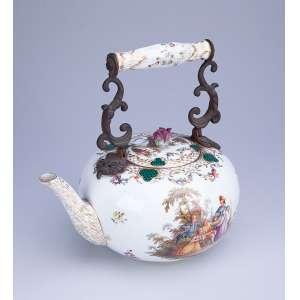 Bule para chá de porcelana, decorada com pinturas de cena galante. Suporte para a alça, <br />de bronze. 25 cm de altura. (pequeno cabelo no bojo). Marca da manufatura Anton Richeter. <br />Alemanha, séc. XIX.