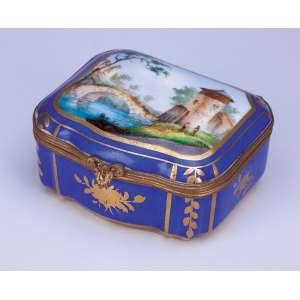 Caixa porta dragées de porcelana azul cobalto e dourado, na tampa pintura de paisagens. <br />7,5 x 6,5 cm. França, Sèvres, séc. XX.