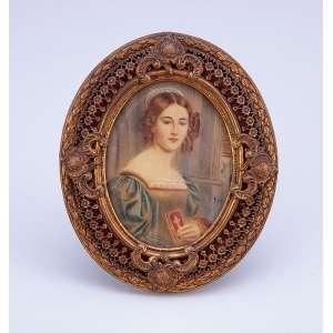 Pintura miniaturizada sobre placa de marfim, retratando figura feminina. Moldura ovalada de metal dourado. <br />12,5 x 10,5 cm. Assinatura não identificada. França, séc. XIX.