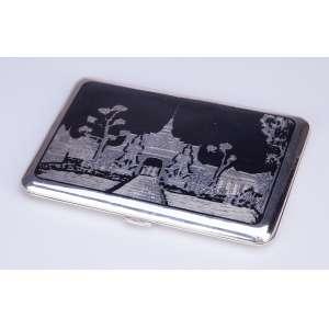 Cigarreira de prata Sterling. Tampa decorada com templo tailandês. <br />12,5 x 8,5 cm. Séc. XX.