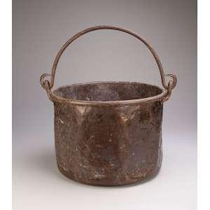 Grande balde de cobre com alça basculante. 44 cm de diâmetro x 32 cm de altura. <br />Brasil, séc. XIX.