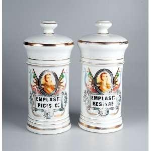 Par de potes de farmácia, de porcelana policromada e dourada, ambos com indicação do conteúdo: <br />EMPLAST: PICIS C: 20 cm de altura cada. França, séc. XIX.