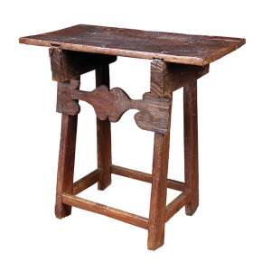 Rara mesa cavalete de cedro lavrado, tampo retangular em uma única prancha. Na parte frontal <br />travessa com recortes. 83 x 47 x 84 cm de altura. Brasil, séc. XVIII.
