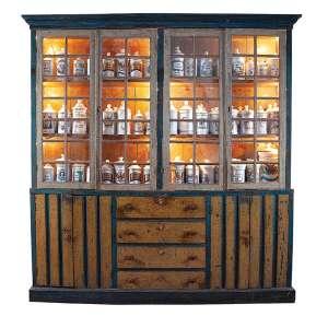 Raro armário de farmácia de madeira policromada, a parte superior envidraçada e dividida <br />em dois corpos, internamente duas prateleiras. A parte inferior com quatro gavetas centrais <br />e dois compartimentos de portas duplas. 238 x 39 x 250 cm de altura. Brasil, séc. XVIII.