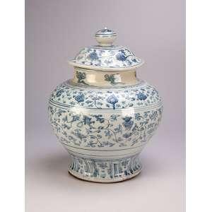 Potiche bojudo de porcelana chinesa azul e branca, ornamentação no entorno com barrados de elementos repetitivos e vegetais com flores. Tampa com pega fusa. 40 cm de altura. - Dinastia Ming (1368-1644). (apresenta restauro antigo no gargalo).