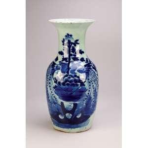 Vaso de porcelana azul e branca, decorado em seu bojo com pintura de peixes e arbustos. <br />42 cm de altura. China, séc. XIX.