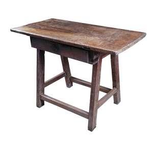 Mesa / cavalete, tampo retangular de uma única prancha, sobre caixa com gaveta frontal, pernas de seção <br />quadrada amarradas por travas inferiores. 98 x 51 x 73 cm de altura. Brasil, séc. XVIII.