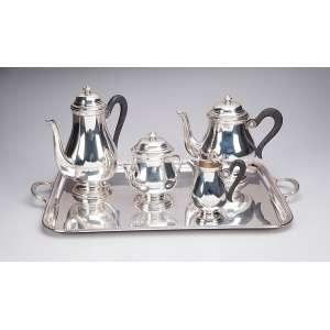 Serviço para chá e café de prata, composto de bule para chá, para café, cremeira, açucareiro e bandeja. <br />25 cm de altura, o bule maior. Brasil, séc. XX.