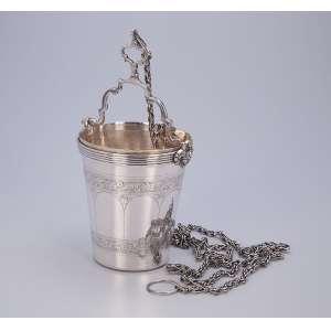 Guampa de prata repuxada e cinzelada, bojo com barrados florais. 12 cm de diâmetro x 22 cm de altura, <br />com a alça suspensa. Marca do teor 833. Brasil, séc. XX.