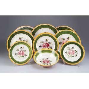 Serviço de cerâmica vitrificada, decorada com barrados verde e bege, flores ao centro. Composto de <br />três bowls, três travessas circulares (36,5 cm), três travessas circulares (31,5 cm), oito pratos <br />(25,5 cm), 30 pratos (28,5 cm) e 27 pratos (24 cm), total de 74 peças. Manufatura Della - Ware. Made U.S.A.