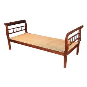 Marquesa tipo catre, estilo império, interpretação mineira. Assento de palhinha, laterais fenestradas. <br />78 x 193 x 76 cm de altura. Brasil, séc. XIX.