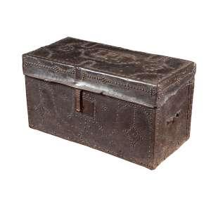 Pequena arca de madeira revestida de couro tacheado, tendo na tampa as iniciais LPF. - 67 x 32 x 38 cm de altura. - Brasil, séc. XIX.