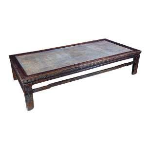 Mesa baixa de centro, de fatura chinnoiserie. Tampo revestido de palha. <br />200 x 95 x 45 cm de altura. China, séc. XIX.
