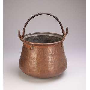 Recipiente de cobre com alça basculante. - 26 cm de altura. - Séc. XIX.