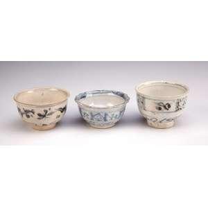 Conjunto de três bowls miniaturizados de porcelana azul e branca. <br />6,5 cm de altura, o maior. China, Ming, séc. XV.