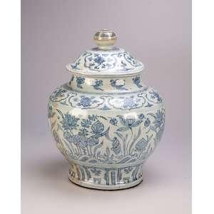 Potiche bojudo de porcelana chinesa azul e branca, ornamentação no entorno com barrados de elementos <br />repetitivos e vegetais com flores, tampa com pega fusa. 40 cm de altura. Dinastia Ming (1368-1644).