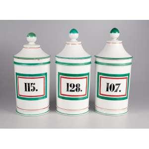 Conjunto de três potes de farmácia de porcelana branca com as numerações:<br />107, 115 e 128. 28 cm de altura cada. França, séc. XIX. (pequenos bicados).