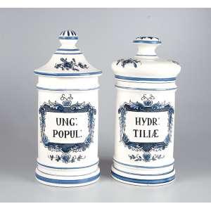 Dois potes de farmácia de porcelana branca e azul, muito semelhantes de HYDR TILIAE e UNG POPUL.<br />33 cm de altura, o maior. Europa, séc. XX.