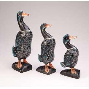 Três patos em base de madeira entalhada e policromada. 31 cm, 26 cm e 21 cm de altura.