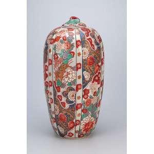 Pote com tampa, de porcelana policromada e dourada, ovóide, alongado, ornamentado no entorno <br />com elementos florais em gomos no padrão Imari. 37 cm de altura. Japão, séc. XIX.
