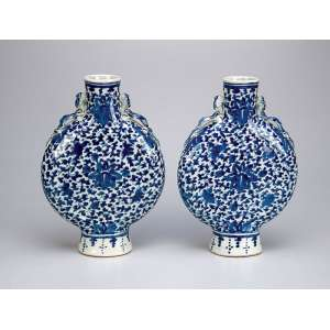 Par de vasos em forma de cantil, de porcelana azul e branca. 24,5 cm de altura. - China, séc. XIX.