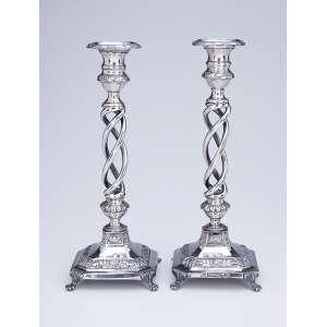 Raro par de castiçais de prata, com o fuste em espirais, base quadrada ornada com barrado floral, quatro pés em garra. 28 cm de altura. Contrastes do Porto e do prateiro A.I.M, ativo entre 1861 e 1881.