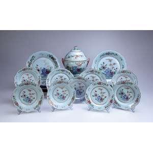 Remanescente de aparelho de jantar Cia das Índias, composto de sopeira, três grandes travessas circulares (33,5 cm de diâmetro), duas travessas menores circulares (27 cm de diâmetro), 16 pratos rasos e 14 fundos, totalizando 36 peças. Decoração floral em esmaltes da Família Rosa. - China, Qing Qianlong (1736-1795).