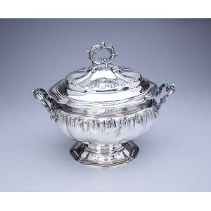 Grande sopeira de prata, repuxada e cinzelada, circular, bojo ornado por flores estilizadas, alça <br />e pega da tampa em galhos recurvos. 27 cm de diâmetro x 29 cm de altura. Contraste da prata <br />francesa, cabeça de Minerva, teor 950 em uso a partir de 1838.