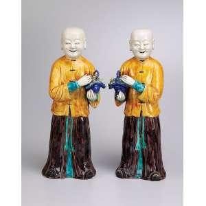 Par de figuras de jovens portando cesto de flores. Escultura de porcelana Cia das Índias policromada. <br />43 cm de altura, cada. China, séc. XIX.