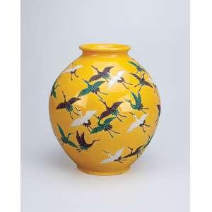 Elegante vaso de porcelana, bojo decorado em relevo com pássaros em revoada sobre <br />fundo amarelo. China, séc. XIX.
