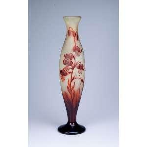 GALLÉ, Emile<br />Vaso de vidro artístico decorado com flores em tons de marrom sobre fundo amarelo. <br />52 cm de altura. França, séc. XX.
