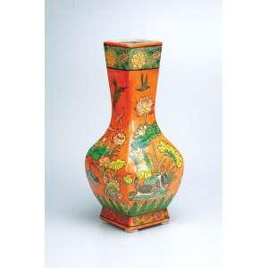 Vaso de porcelana Cia das Índias, policromada, decorado com flores e pássaros sobre fundo laranja. - 36,5 cm de altura. - China, Qing Jiaqing - (1796-1820).