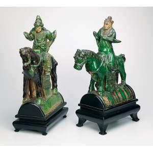 Par de telhas de cerâmica verde e marrom, utilizadas em cumieira de telhados. Cavalos montados por samurais.<br />38 cm de altura. Acompanha base de madeira. 23 x 14 x 46 cm, a medida total. China, Ming (1368-1644).