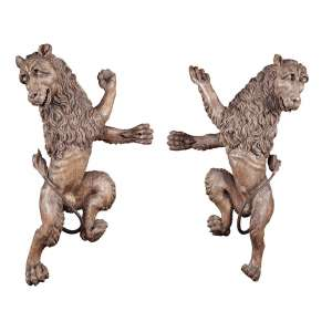 Par de leões, esculpidos em madeira, com vestígios de pátina. Peças de grande expressividade e que <br />originalmente deveriam fazer parte de um grande painel. 94 cm de altura. Europa, séc. XVII/XVIII.